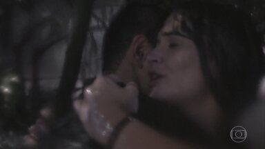 Téo é levado pela enxurrada e deixa Luna sozinha - Luna fica muito agradecida pela proteção de Téo