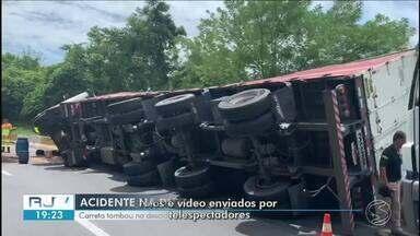 Carreta tomba e derrama óleo diesel na descida da Serra das Araras, em Piraí - Veículo ocupou parte da pista e o congestionamento no local chegou a 4 km.