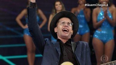 Carlos Santos conta fofoca musical no 'Quem Chega Lá' - Confira a apresentação do comediante