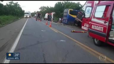 Acidente na BR-153 deixa 3 mortos - O acidente foi entre um ônibus de turismo e um caminhão, em Porangatu, no norte de Goiás.