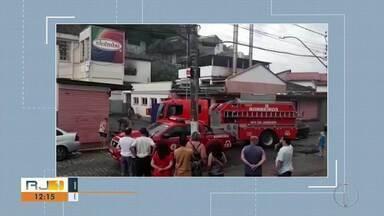 Fábrica de fitas decorativas pega fogo, em Nova Friburgo, no RJ - Caso aconteceu neste domingo (2). Bombeiros controlaram o incêndio.