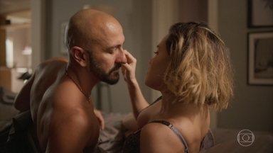 Álvaro surpreende Estela com pedido - Ele pergunta se a amante tem algum vídeo íntimo de Raul