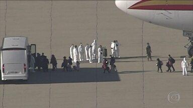 Quase 200 americanos retirados da China estão numa base militar na Califórnia - Americanos foram trazidos de Wuhan num voo especial e levados até esta base aérea em Riverside, Califórnia, onde estão no sexto dia de uma quarentena que durará 14 dias. Um deles tentou fugir e foi recapturado.