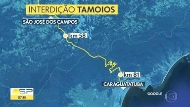Interdição em pista da rodovia dos Tamoios dura há 12 h por risco de queda de barreiras - A rodovia é o principal acesso ao Litoral Norte de São Paulo e lá há risco de queda de barreiras.