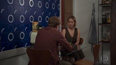 Filipe diz a Lígia que Lara não é confiável - Ele sugere que Lara tenha pressionado Isaura para depor contra Rita. Lígia não acredita