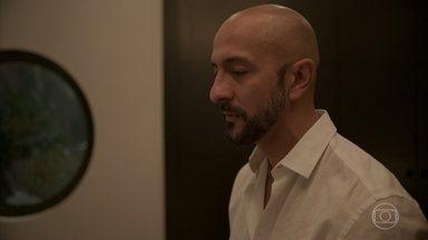 Álvaro pressiona Verena sobre a paternidade de Júnior - Empresário percebe que o tipo sanguíneo do filho é diferente do dele e do da esposa
