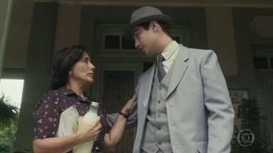 Carlos se despede de Lola para ir ao trabalho - Ele passa antes na casa de Inês e leva uma flor para a amada