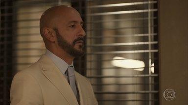 Álvaro fica furioso com plano de Vitória - Com a ajuda de Miguel, advogada reúne provas contra o empresário