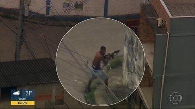 Com blindados, PM faz operação na Cidade de Deus - Agentes da Polícia Militar estão na comunidade em busca de armas, drogas e criminosos. Não há registros de prisões, apreensões ou confrontos.