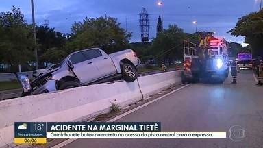 Acidente na Marginal Tietê - Caminhonete bateu na mureta no acesso da pista central para a expressa.