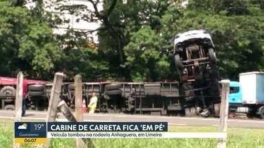 """Acidentes envolvendo caminhões nas rodovias Anhanguera e Bandeirantes - Na Anhanguera, o veículo tombou e ficou """"em pé"""". Já na Bandeirantes, um motorista morreu na batida, que teve até incêndio."""