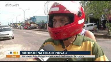 Moradores fecham rua para pedir fechamento de cratera na Cidade Nova VI - Moradores fecham rua para pedir fechamento de cratera na Cidade Nova VI