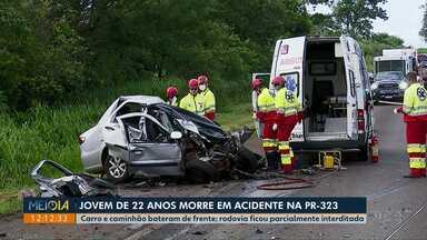 Jovem de 22 anos morre em acidente na PR-323 na região norte do Paraná - Carro e caminhão bateram de frente, a rodovia ficou parcialmente interditada.