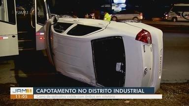 Carro capota após colisão com ônibus no Distrito Industrial - Acidente ocorreu na tarde desta quinta-feira.