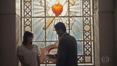 Almeida questiona Clotilde sobre a ida dela na loja - Ele quer saber o que ela queria lhe falar naquele dia, mas ela desconversa