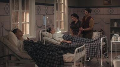 Lola pede que Alfredo avise a Julinho e Inês sobre o estado de Carlos - Ela acredita que Julinho vai querer estar junto do irmão neste momento