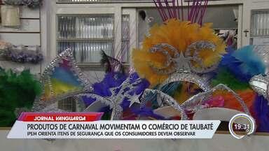 Produtos de carnaval movimentam comércio em Taubaté - Ipem orienta itens de segurança que os consumidores devem observar.