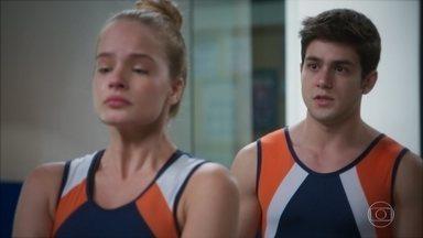 Tarantino consola Bia - Ele descobre que a jovem é irmã de Kyra e conta para ela que é primo de Alexia