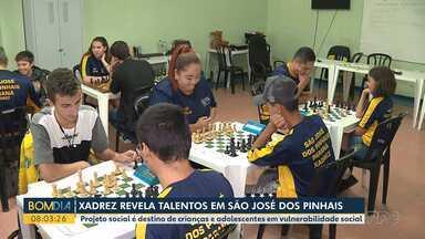 Projeto ensina xadrez a crianças em vulnerabilidade social - Ação acontece em São José dos Pinhais, na Região Metropolitana de Curitiba.