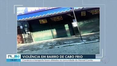 Após troca de tiros, comércio e transporte são afetados na comunidade do Manoel Corrêa - Dois homens que trocaram tiros com policiais morreram. Eles chegaram a ser levados para o hospital, mas não resistiram.