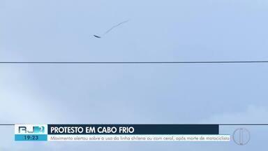 Protesto pela vida é feito em Cabo Frio após homem ser morto com linha chilena em janeiro - Movimento alertou sobre o uso da linha chilena ou com cerol, além da importância de usar equipamento de segurança ao andar de moto.