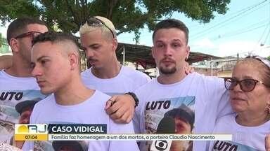Parentes fazem homenagem ao porteiro morto durante uma ação policial - Parentes do porteiro Cláudio Henrique Nascimento de Oliveira, morto numa ação da PM o Morro do Vidigal, em janeiro, fizeram uma homenagem a ele neste domingo em Nova Iguaçu.