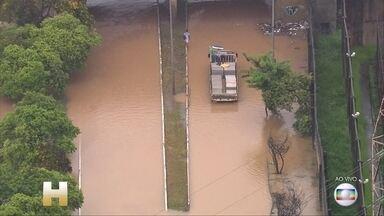 Rios transbordam, avenidas são bloqueadas e o transporte trava em São Paulo - Há 37 anos não chovia tanto num período de 24 horas. A chuva começou às 17h de domingo (9), aumentou de madrugada e a cidade acordou debaixo d'água. Os bombeiros receberam mais de 400 chamados.