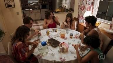Carla tenta acalmar os ânimos da família - Anjinha se revolta quando Thiago diz que a polícia precisa investigar as armas que foram encontradas no carro de Marco