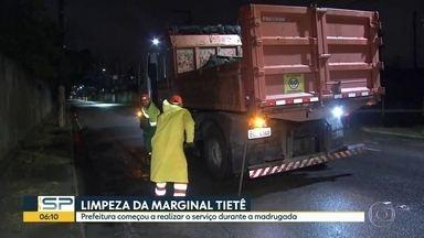 Equipes da prefeitura fazem a limpeza nas marginais - Funcionários trabalharam durante a madrugada