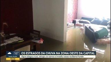 Chuva alagou casas e invadiu carros na zona oeste da capital - Na Barra Funda, rua sem saída ficou inundada. Moradores perderam móveis da sala e da cozinha.