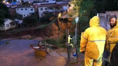 Chuva em SP: equipes de resgate retomam buscas por duas pessoas em Botucatu - Duas pessoas foram levadas pela enxurrada e estão desaparecidas no Rio Capirava. As buscas já começaram com apoio do helicóptero da Polícia Militar.