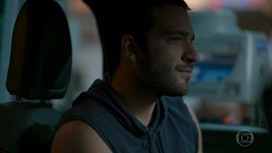 Sandro fica sem saída com pedido de Marconi - O filho de Raul e Vitória é surpreendido pelo traficante, que exige que ele passe informações sobre a casa de Lídia