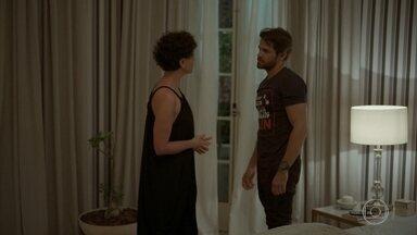 Lídia marca almoço com Raul e Tales se incomoda - O personal faz uma cena de ciúme após a socialite conversar com o ex-marido