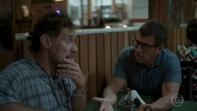 Matias pede que Durval termine o relacionamento com Tracy em seu lugar - Pai de Carol se recusa a ajudar o médico