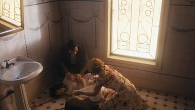 Capítulo de 13/02/2020 - Lola conversa com Durvalina sobre Clotilde. Clotilde entra em trabalho de parto no trem e salta numa estação qualquer. Zeca e Olga encontram Clotilde. Zeca e Olga acodem Clotilde e o bebê. Lola e Dona Maria se preocupam com a demora deles. Dona Maria e Candoca amparam Clotilde.