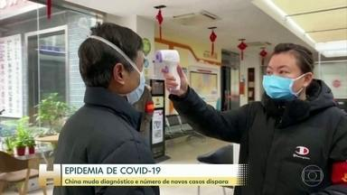China muda diagnóstico e número de novos casos de novo coronavírus dispara - Wuhan recebeu mais médicos e remédios nessa quinta-feira (13), um dia marcado por um aumento assustador dos casos e mortes provocados pelo COVID-19. Esse número se deve a uma mudança adotada pelo governo chinês na forma de diagnosticar os pacientes.
