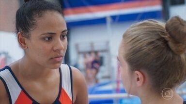Dionice pensa em contar à família de Bia que ela voltou a treinar - Ela se preocupa após a amiga sentir um mal-estar