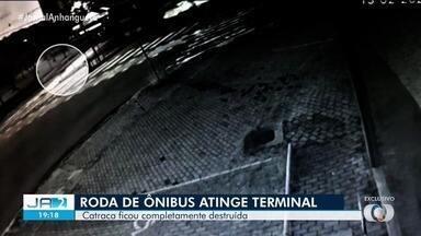 Roda de ônibus se solta e quebra catracas da estação do Eixo Anhanguera, em Goiânia - Segundo a Rede Mob, o conserto da plataforma já foi feito. Ninguém se feriu.