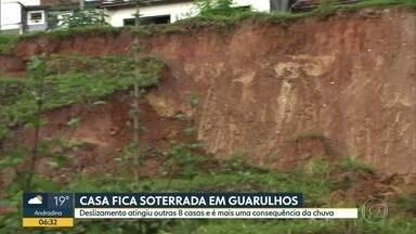 Casa é soterrada em Guarulhos; deslizamento de terra aingiu oito imóveis - Moradores reclamam de falta de assistência da defesa Civíl e culpam imobiliária.