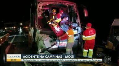 Motorista fica ferido após colidir ônibus contra traseira de caminhão na Campinas-Mogi - Acidente aconteceu na pista sentido Campinas (SP), próximo ao pedágio de Jaguariúna (SP). Condutor ficou preso às ferragens e, após o resgate, foi levado ao Hospital de Clínicas da Unicamp. Trânsito no local ficou lento.