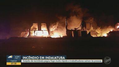 Incêndio destrói galpão de empresa de recicláveis em Indaiatuba - Chamas em imóvel no Distrito Industrial Nova Era tiveram início por volta das 19h de quinta-feira (13) e foram controladas após as 22h. Não houve registro de feridos.