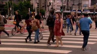Pesquisa mostra que moradores de São Paulo estão dispostos a abandonar o carro - Pesquisa feita em 31 cidades do mundo mostra que o uso do carro em SP deve diminuir 28% em 10 anos. Os entrevistados disseram que pretendem aderir às bicicletas e andar a pé, e que o transporte público precisa melhorar.