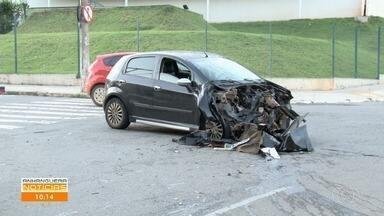 Carro fica destruído após bater em caminhão carregado com caçambas de entulho, em Goiânia - Veja os destaques do Anhanguera Notícias.