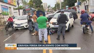 Mulher grávida fica ferida em acidente com moto, em Manaus - Ela e o marido caíram da moto ao serem surpreendidos por carro em curva.