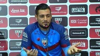 """Atlético-GO apresenta goleiro Jean, que se desculpa por agressão à esposa - Goleiro também se defende: """"Não sou esse monstro"""""""
