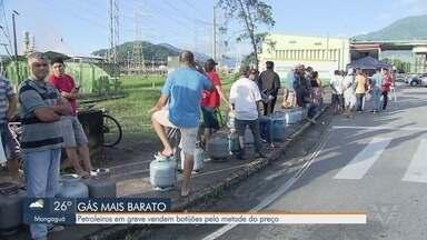 Petroleiros em greve vendem botijões pela metade do preço - Após protesto, eles vendem os botijões por valor mais baixo.