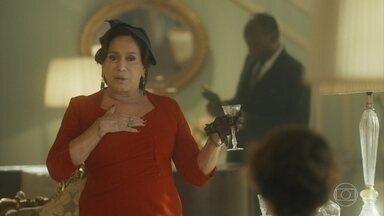 Emília surpreende Adelaide dizendo que vai a uma reunião política - Adelaide decide avisar Alfredo sobre como a causa deles ganhou corpo