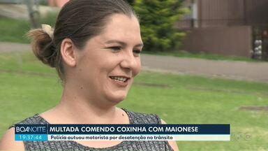 Motorista fala sobre multa por causa de coxinha - Ela disse que não sabia que poderia ser multada por estar dirigindo segurando uma coxinha e um sachê de maionese