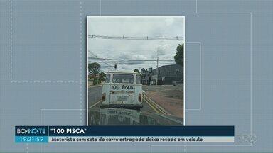 """Motorista com seta do carro estragada deixa recado em veículo - O motorista escreveu na lataria do veículo """"100 pisca""""."""