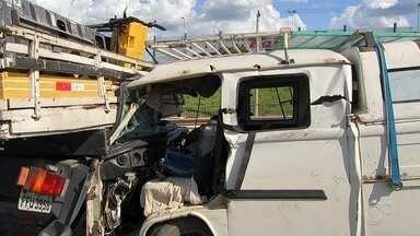 Acidentes envolvendo vários veículos deixam feridos e interditam a Raposo Tavares - Dois acidentes envolvendo vários veículos causaram a interdição da Rodovia Raposo Tavares e deixaram duas pessoas com ferimentos graves na tarde desta sexta-feira (14).